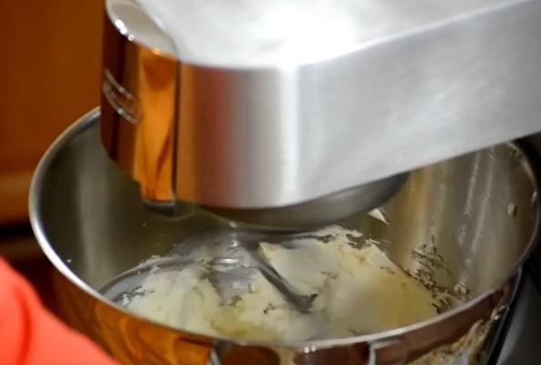 смешиваем творог и сливочное масло