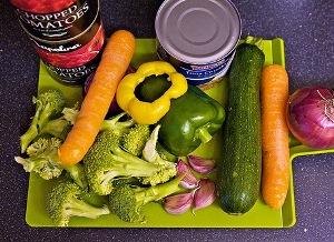 нарезанные овощи кладем в мультикастрюлю