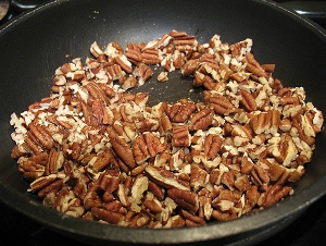 обжариваем орехи