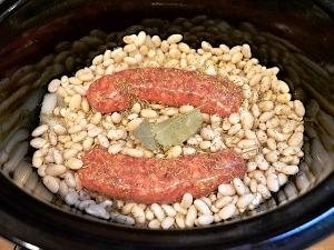 фасоль, мясо и специи кладем в кастрюлю