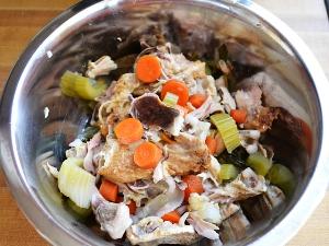вынимаем из бульона мясо и овощи