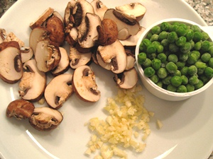 добавляем в кастрюлю чеснок и грибы