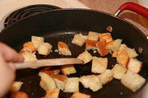 добавляем соль, перец и оливковое масло