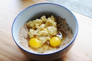 добавляем банановое пюре и яйца