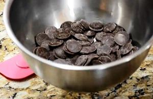 разламываем шоколад на кусочки
