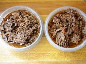 заливаем кусочки мяса бульоном