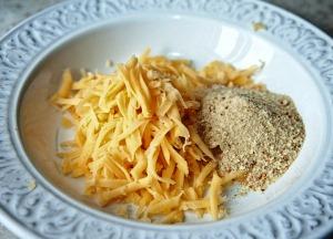 смешиваем сыр с сухарями