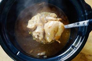 заливаем курицу соусом