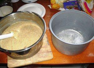 Смазываем маслом кастрюлю