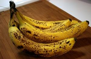 Украшаем торт свежим бананом