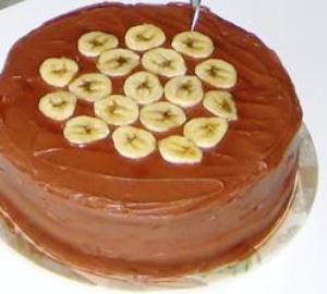 Выкладываем кружочками банана торт сверху