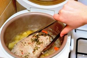 Нарезаем филе индейки и подаем с овощами