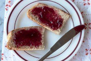 Нарезаем и подаем хлеб на стол
