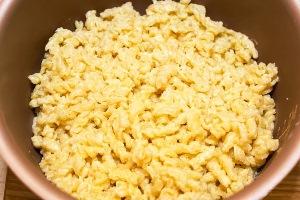 Посыпаем макароны сыром