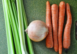 Режем лук, морковь, сельдерей
