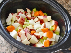 Помещаем овощи в кастрюлю