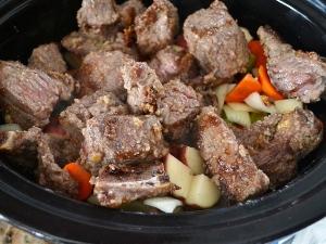 Добавляем мясо в кастрюлю