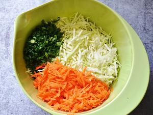 Смешиваем овощи и мнем руками