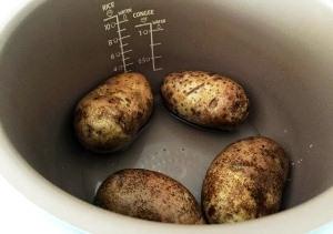 Отвариваем свеклу и картошку