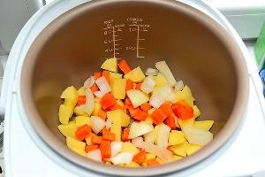Овощи очищаем, нарезаем, кладем в кастрюлю