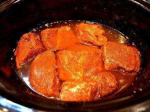 Помещаем мясо в кастрюлю