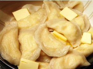 Подавайте вареники с маслом, сметаной, медом