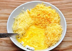 Добавьте тертый сыр и яйца