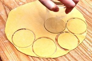 Нарежьте стаканом круги из теста