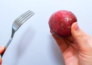 Прокалываем картошку вилкой