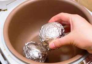 Запекаем картошку в фольге в мультиварке