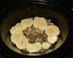 Добавляем в кастрюлю половину грибов и картошки