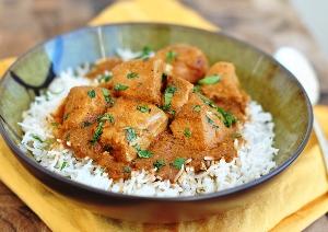 Подаем курицу в соусе с гарниром из риса