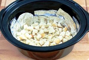 Добавляем в кастрюлю хлеб