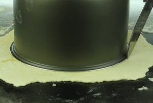 Раскатываем и обрезаем тесто
