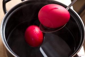 Кладем яйца в холодную воду