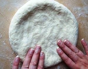 Уплощаем лепешку с сыром