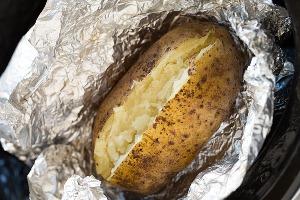 Разворачиваем фольгу и разрезаем картофель
