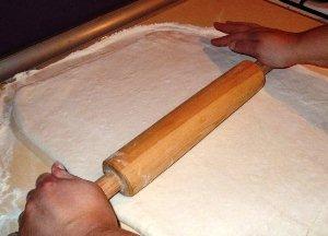 Раскатываем тесто на столе