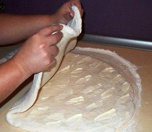Складываем тесто пополам
