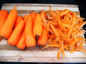 Морковь моем и чистим