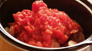 Кладем в кастрюлю помидоры
