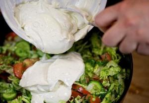 Выливаем заправку в салат
