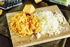 Натираем сыр на крупную терку