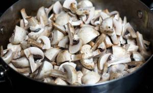 Обжариваем грибы для каши с мясом