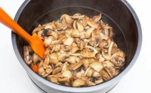 Выкладываем грибы в кастрюлю