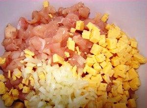 Измельчаем курицу, лук и сыр