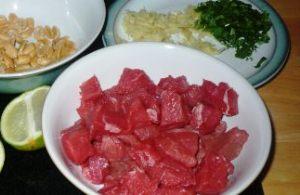 Моем и нарезаем мясо для говядины c картошкой в мультиварке