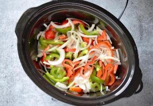 Кладем овощи поверх куриной грудки в мультиварку
