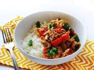 Подаем куриную грудку с овощами к гарниру из риса