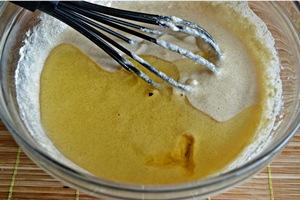 Добавляем в тесто для манника растопленное масло